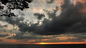 Drastische Donnerwolken am Sonnenunterganghimmel Stockfotografie