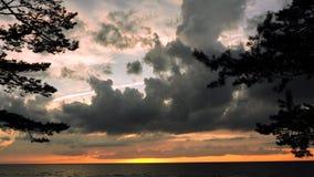 Drastische Donnerwolken am Sonnenunterganghimmel Lizenzfreie Stockfotos