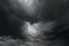 Drastische dunkle Wolken oder dunkle Sturmwolke Stockbild