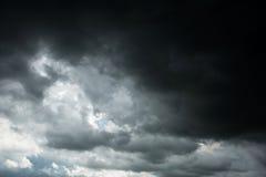 Drastische dunkle Wolken und Gewitter Lizenzfreie Stockbilder