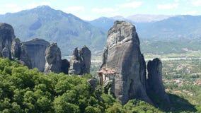 Drastische Felsformationen mit Kloster in Meteora, Griechenland stockfoto