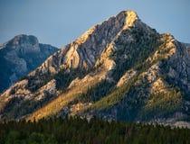 Drastische gelbe Gebirgsspitze Stockfotos