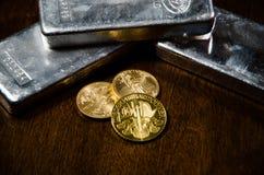 Drastische Goldmünzen u. Silberbarren Stockbilder