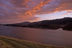 Drastische Himmel über Horsetooth See lizenzfreie stockfotografie