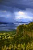 Drastische Himmel auf der Kolumbien-Schlucht Oregon. Lizenzfreies Stockfoto