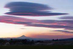 Drastische Himmel-Wolken, die Sonnenuntergang-Berg Jefferson Central Oregon glätten Lizenzfreie Stockfotos