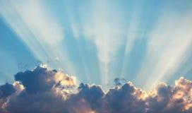 Drastische Himmelwolken des Sonnenuntergangs mit Sonnenstrahl Lizenzfreie Stockfotografie