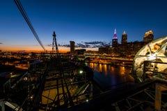 Drastische im Stadtzentrum gelegene Skyline bei Sonnenuntergang - verlassene Cuyahoga-Fluss-Hubbrücke in Cleveland, Ohio Lizenzfreies Stockbild