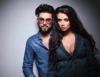 Drastische junge Paare in den zufälligen slothes Lizenzfreie Stockbilder