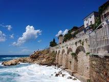Drastische Küste der Mittelmeerstadt Rovinj, Kroatien Lizenzfreies Stockbild