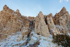 Drastische Klippen des New Mexiko im Schnee Stockfotos