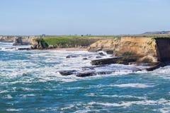 Drastische Landschaft der Küste des Pazifischen Ozeans während der Flut und der starken Brandung, Wilder Ranch State Park, Kalifo lizenzfreie stockfotografie