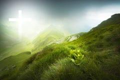 Drastische Landschaft mit weißem Lichtkreuz Stockfotografie