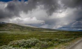 Drastische norwegische Landschaft im kalten Sommer Stockfotografie