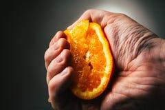 Drastische Pressungen des Mannes orange Conceptis ermüdete von der Arbeit lizenzfreie stockfotografie