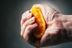 Drastische Pressungen des Mannes orange Conceptis ermüdete von der Arbeit stockbilder
