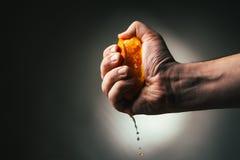 Drastische Pressungen des Mannes orange Conceptis ermüdete von der Arbeit lizenzfreies stockfoto