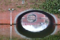 Drastische Reflexion des Tunnels unter den Brücken Stockfotografie