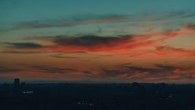 Drastische rote Sonnenuntergang- und Dämmerungsstadt lizenzfreie stockbilder