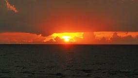 Drastische rote Wolken am Sonnenunterganghimmel Lizenzfreie Stockbilder