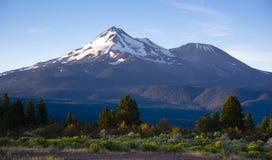 Drastische Sonnenaufgang-Licht-Schlag-Berg Shasta-Kaskaden Lizenzfreie Stockbilder