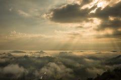 Drastische Sonnenaufgangansicht von der Spitze des Berges in Thailand Lizenzfreie Stockbilder