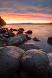 Drastische Sonnenunterganghimmel in der Seebucht Stockfotografie