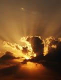 Drastische Sonnenuntergangsszene mit dunklen Wolken und Strahlen Lizenzfreies Stockbild