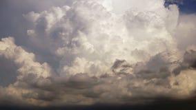 Drastische später Nachmittags-Himmel Cumulonimbus-Wolken Cloudscape wachsen höher stock footage