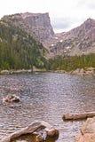 Drastische Spitze über einem alpinen See Stockfotos