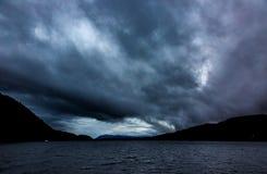 Drastische Sturmwolken über Loch Ness Stockbild