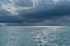 Drastische Sturmwolken über Tropeninsel Stockbilder