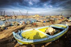 Drastische Szene der Fischerboote an einem Kanal im sidon lizenzfreies stockbild