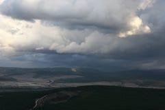Drastische tiefe Wolken über Tal stockbild