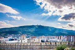 Drastische und schöne Stadtlandschaftsansicht der Stadt Skopje in Mazedonien mit dem Berg Vodno stockfotografie