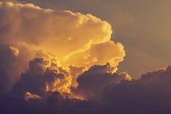 Drastische und schöne Wolkenbildung, Sturmzelle während der goldenen Stunde stockfotos