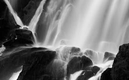 Drastische unscharfe Ansicht des Wasserfallfließens Stockbild
