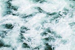 Drastische Welle, die Aktion bricht Stockfotos