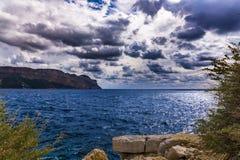 Drastische Wolken über Meer Stockfoto