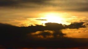 Drastische Wolken auf Himmel bei Sonnenuntergang, Zeitspanne stock video