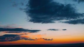 Drastische Wolken, die Sturm in den hellen Farben während des Sonnenuntergangs formatieren Rot, Orange, purpurroter Sonnenunterga stock video