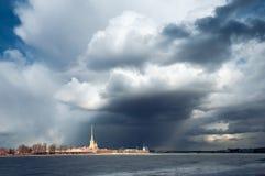 Drastische Wolken im Himmel über dem Peter und Paul Fortress St Petersburg Lizenzfreie Stockfotos