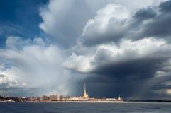 Drastische Wolken im Himmel über dem Peter und Paul Fortress St Petersburg Stockbilder