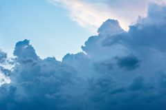 Drastische Wolken im ukrainischen Himmel schlossen die Sonne Lizenzfreies Stockfoto