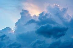 Drastische Wolken im ukrainischen Himmel schlossen die Sonne Stockbild