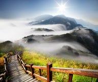 Drastische Wolken mit Berg Lizenzfreie Stockfotografie