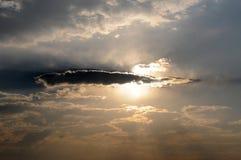 Drastische Wolken nach Sturm Sun, der durch bricht Stockfoto
