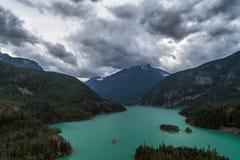 Drastische Wolken rollen vorbei Diablo Lake, Nordkaskaden Nationalpark, Washington Lizenzfreie Stockfotos