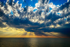 Drastische Wolken und Strahlen Stockfotografie