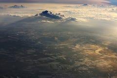Drastische Wolken und Vogelperspektive morgens stockbild